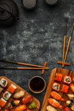 Geplaatste sushi: sushi en sushibroodjes op houten plaat Stock Afbeelding