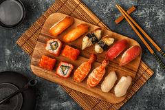 Geplaatste sushi: sushi en sushibroodjes op houten plaat Stock Foto's