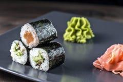 Geplaatste sushibroodjes Kappamaki en Sakemaki met ingelegde gember en wasabisaus Royalty-vrije Stock Afbeelding