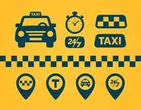 Geplaatste taxipictogrammen Vlakke stijl donkere pictogrammen op gele achtergrond Kaartspeld met taxiauto, controles, kaartspelde stock illustratie