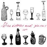Geplaatste wijnflessen en glazen royalty-vrije stock afbeelding