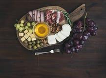 Geplaatste wijnvoorgerechten: vlees en kaasselectie Royalty-vrije Stock Afbeeldingen