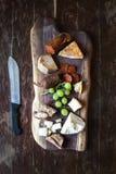 Geplaatste wijnvoorgerechten: vlees en kaasselectie Royalty-vrije Stock Foto's