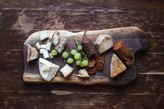 Geplaatste wijnvoorgerechten: vlees en kaasselectie Royalty-vrije Stock Foto