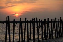Geplaatste zon en de oude houten brug Royalty-vrije Stock Afbeelding