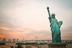 Geplaatste zon en Standbeeld van vrijheid in Japan Stock Foto's