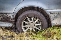Geplakte auto in de modder Stock Fotografie