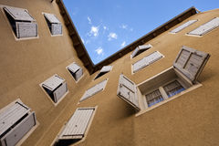 Gepleisterde muur met shutterdvensters royalty-vrije stock afbeelding