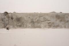 Gepleisterde muuroppervlakte met strook van ruw beton Stock Fotografie