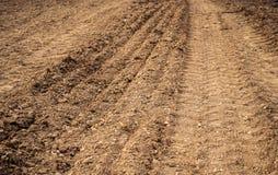 Geploegd gebied, grond dicht omhoog, landbouwachtergrond Stock Foto's