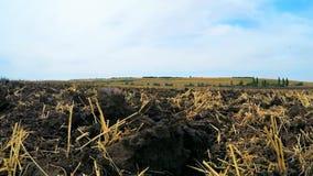 Geploegde Landbouwgrond bij Landelijk Gebied voordien stock video