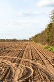 Geploegde landbouwgrond onder blauwe hemel royalty-vrije stock fotografie