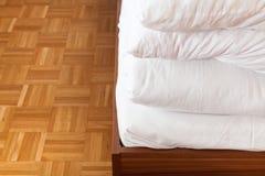 Geplooid deken en bedblad in tweepersoonsbed royalty-vrije stock afbeelding