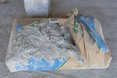 Gepoederd cement in zakken bij de onderbreking stock fotografie