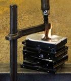 Gepresste Festplattenlaufwerke mit Klammer und Feuer Lizenzfreie Stockbilder