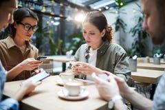 Gerät-süchtige startuppers, die Problem lösen stockfoto