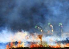 Gerät-Stechginsterfeuer mit drei Feuerwehrmännern auf Mulfra-Hügel Stockbilder