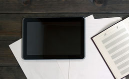 Geräte auf dem Holztisch Computertablettendokumente Lizenzfreie Stockfotos
