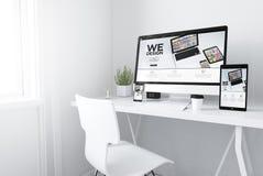 Geräte auf entgegenkommender Designwebsite des weißen minimalen Arbeitsplatzes lizenzfreie abbildung