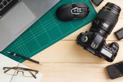 Geräte auf hölzernem Schreibtisch lizenzfreies stockfoto