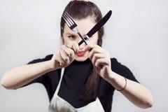 Geräte einer recht nette Holdingküche der jungen Frau Lizenzfreies Stockfoto