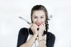 Geräte einer recht nette Holdingküche der jungen Frau Stockfotografie