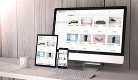 Geräte entgegenkommend auf Arbeitsplatzon-line-Geschäfts-Websiteentwurf stockbilder