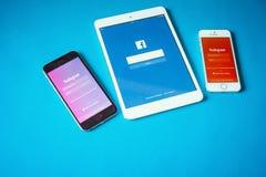 Geräte mit Sozialem Netz auf blauem Hintergrund Stockbild