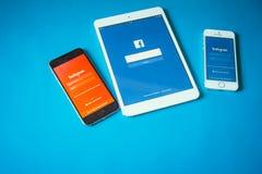 Geräte mit Sozialem Netz auf blauem Hintergrund Stockfotografie