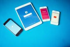 Geräte mit Sozialem Netz auf blauem Hintergrund Lizenzfreie Stockbilder