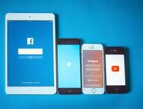 Geräte mit Sozialem Netz auf blauem Hintergrund Stockfotos