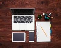 Geräte und Notizbuch auf dem Tisch Lizenzfreie Stockfotografie