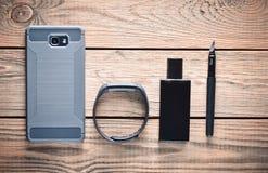 Geräte und Zubehör auf einem Holztisch Lizenzfreies Stockfoto