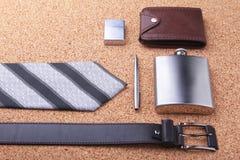 Geräte und Zubehör für Männer auf hellem hölzernem Hintergrund Moderner Gurt der Männer s, Geldbörse, Feuerzeug, rostfreie Hüften Stockfotografie