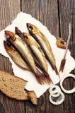 Geräucherte Fische auf Holztisch lizenzfreie stockbilder