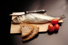 Geräucherte Fische: gesalzene und reife Heringe lizenzfreies stockbild