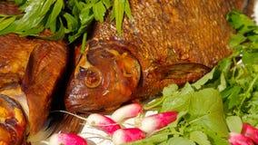 Geräucherte Fische mit jungem Rettich und Petersilie stockfotos