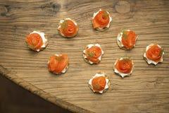 Geräucherte Forelle Blinis auf einem Holztisch Stockfotos