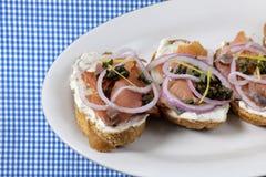 Geräucherte Lachse auf Toast Lizenzfreie Stockfotos