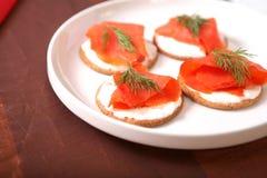 Geräucherte Lachse mit Crackern Lizenzfreie Stockbilder