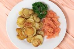 Geräucherte Lachse mit Kartoffeln Lizenzfreies Stockbild