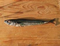 Geräucherte Makrele auf Holztisch Stockbilder