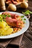 Geräucherte Schweinefleischhalsscheiben angefüllt mit saurem Kohl und Wurst lizenzfreies stockbild