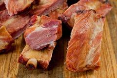 Geräucherte Schweinefleischrippen saftig und fleischig auf einem hölzernen Schneidebrett stockbilder