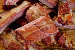 Geräucherte Schweinefleischrippen saftig und fleischig auf einem hölzernen Schneidebrett stockfotografie