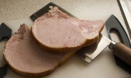 Geräucherte Schweinekoteletts auf Ausschnittvorstand Lizenzfreie Stockfotos