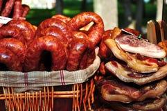 Geräucherte Würste und Fleisch stockfotos