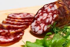 Geräucherte Wurst und grüner Salat Stockfotografie
