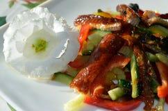 Geräucherter Aalsalat verziert in der Restaurantart Stockfotos