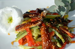 Geräucherter Aalsalat verziert in der Restaurantart Stockfotografie
